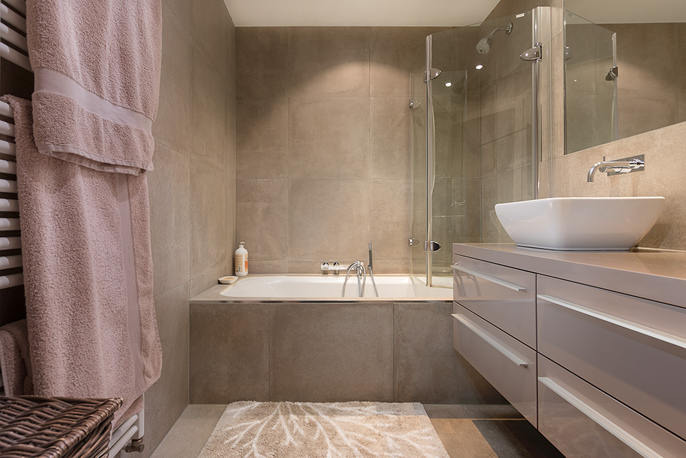Brown tiles bathroom - Real estate photographer Brussels - Photographe immobilier Bruxelles