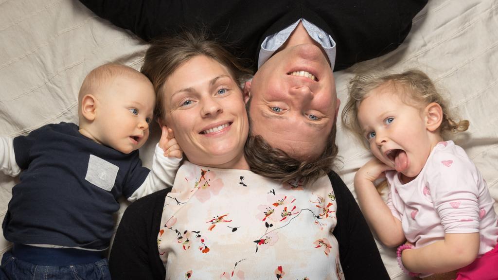 Parents with baby boy & daughter - Family portrait photographer Brussels - Photographe portrait de famille Bruxelles