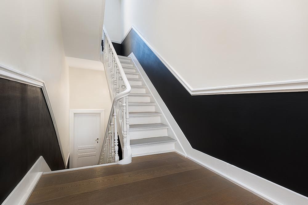 Photographe immobilier Bruxelles - Real estate photographer Brussels - Art nouveau black & white staircase